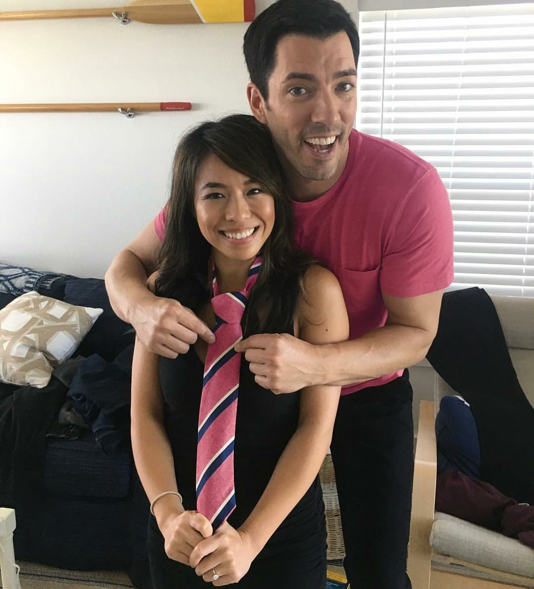 Property bros drew scott 39 s wife linda phan bio wiki for Are the property brothers identical twins
